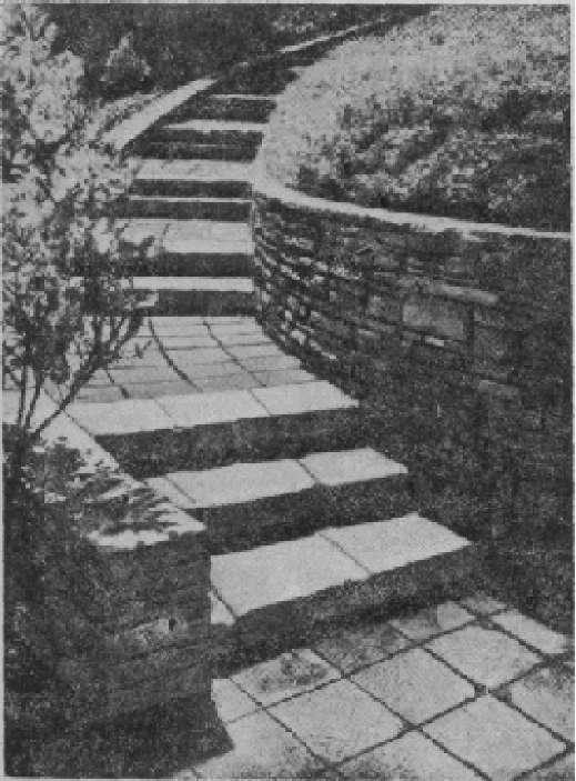 Лестница с подпорной стенкой на повороте дорожки