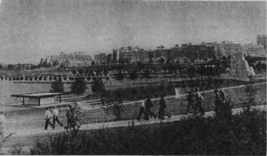 Вид на Олимпийскую спортивные поля с деревню и тренировочные пешеходной аллеи